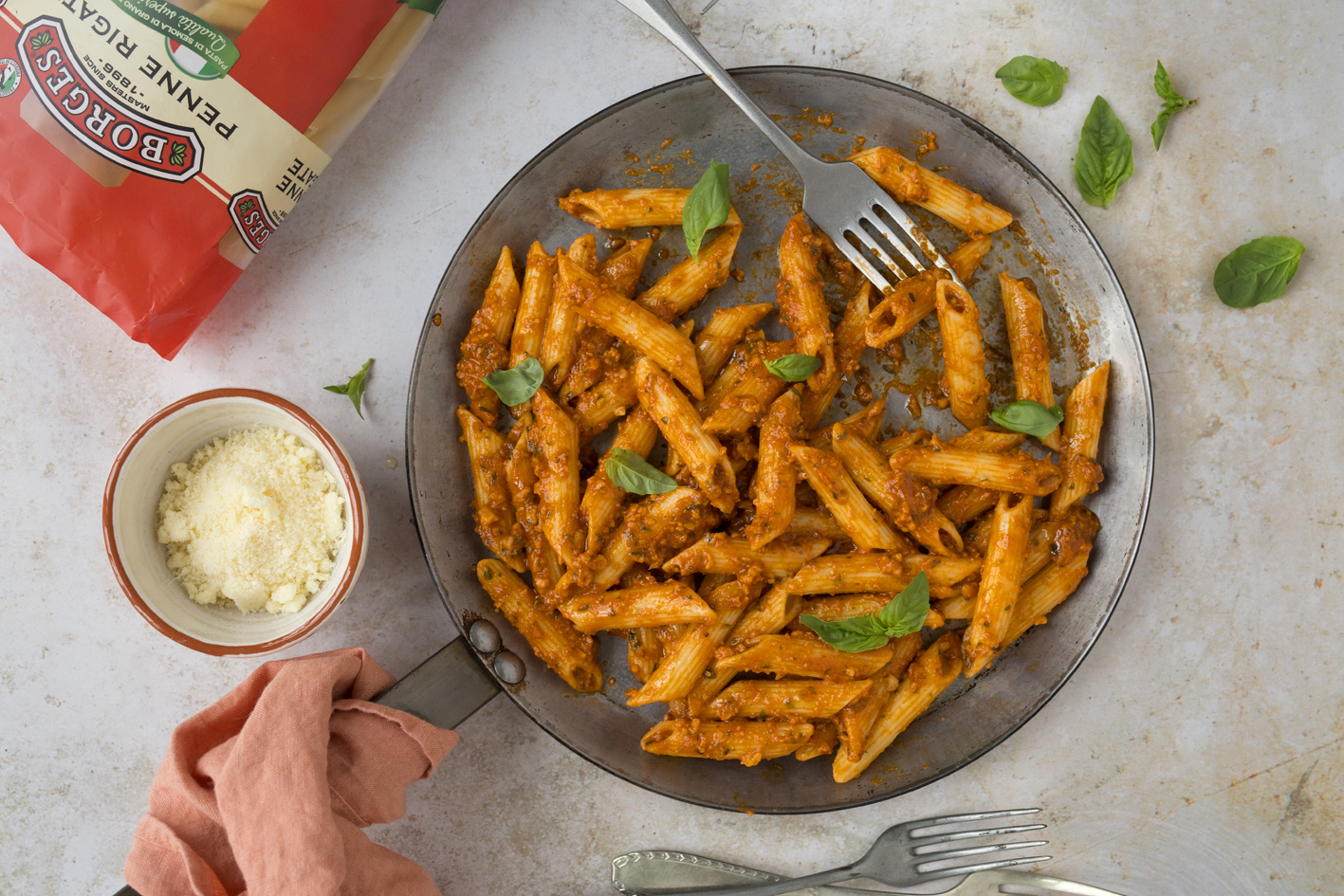 Pasta with tomato and cashew nuts